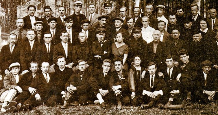 Группа работников Ковровского пулемётного завода. 1931 г. Во втором ряду -  В.А. Дегтярёв (5-й слева) и В.Г. Фёдоров (6-й слева), в третьем ряду -  С.Г. Симонов (2-й слева) и Г.С. Шпагин (7-й слева).