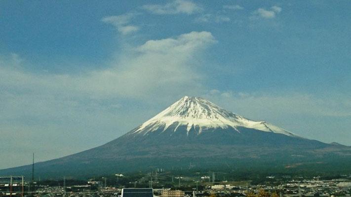 今回は晴天に恵まれ、新幹線往復とも富士山が見える