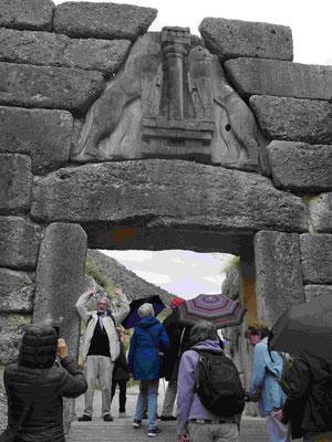 TKK-Mitglieder unter dem Löwentor und den Zyklopenmauern von Mykene