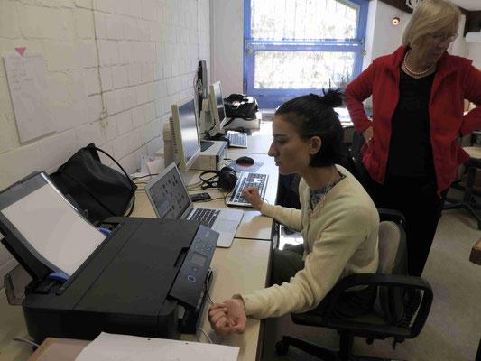 Tatjana rastert mit dem MacBook