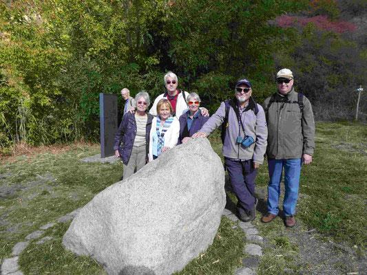 Die TKK-Wandergruppe am Bohrloch einer damals sensationell tiefen (1220 m) Erdbohrung