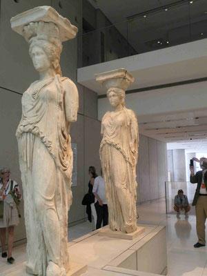 Die Originale der Karyatiden, die das Dach des  Erechtheion Tempels tänzelnd tragen