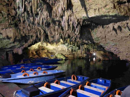 Bootsfahrt durch die halbgefluteten Felsengrotten Dirou