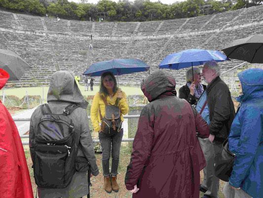 Noch bei Regen mit unserer sachkundigen Reiseführerin Thenia im antiken Theater von Epidaurus