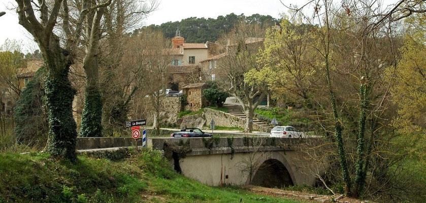 le village de Sillans derrière le pont de la Bresque