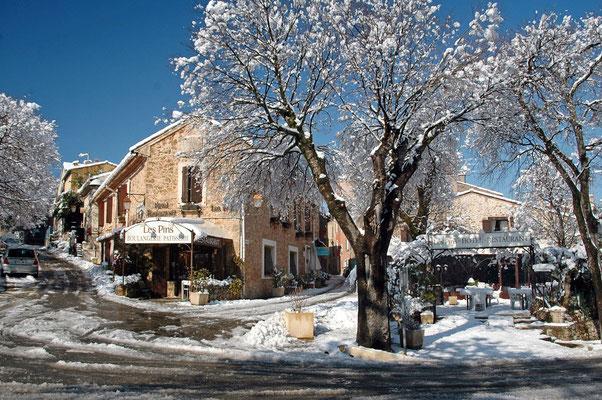 février 2012 accès au village