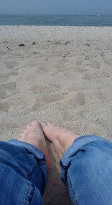 Strand, Sand und Füße