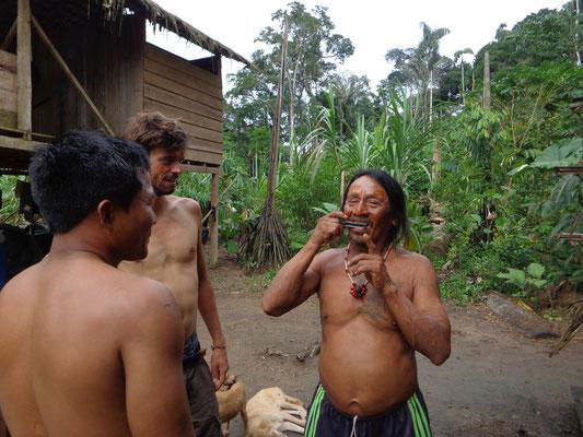 Jeje donne un cours de guimbarde a Guinto