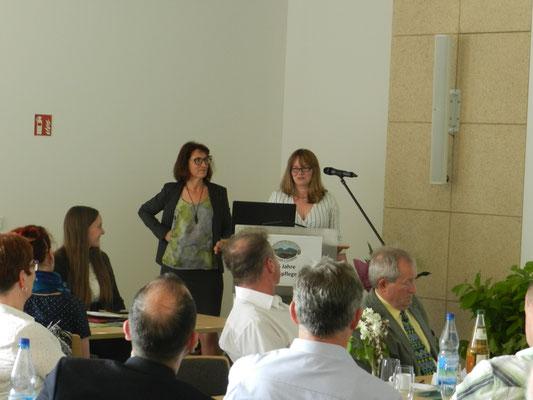 Geschäftsführerin Verena Volkmar lobt Sandra Radloff für ihr Engagement