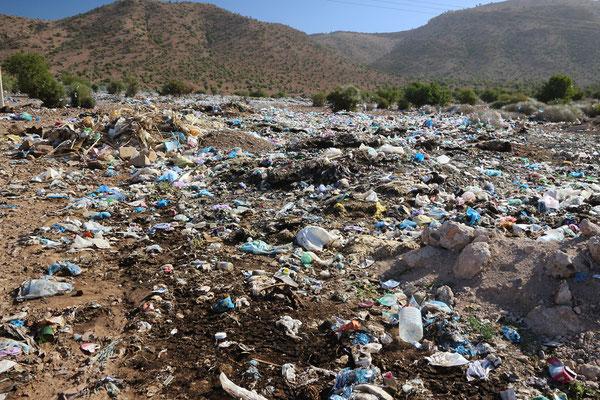 Wilde Müllkippen verschandeln die Landschaft.