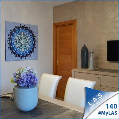 Abitazione privata | Italia </br> CodiceSI-099 | Misura: 90x90 cm </br> Colore: decoro bluette-incisione legno