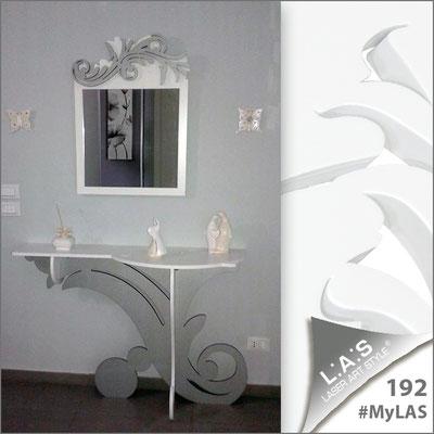 A casa di Tony e Ilenia   Italia </br> Cod Consolle: SI-286   Misura: 120x40 h80 cm </br> Colore: bianco-argento </br> Cod Specchiera: SI-319   Misura: 60x70 cm </br> Colore: bianco-argento