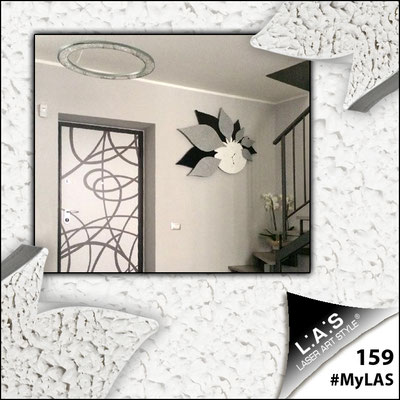 A casa di Benedetto e Alessandra   Italia </br> Codice: SI-210   Misura: 115x89 cm </br> Colore: bianco-nero-decoro stucco argento-con veri cristalli