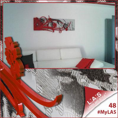 A casa di Roberta <br> Abitazione privata | Italia </br> Codice: SI-106 | Misura: 148x60 cm <br> **PERSONALIZZATO** Colore: grigio luce - applicazione rosso laccato