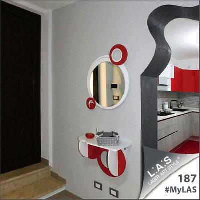A casa di Valerio e Francesca   Italia </br> Codice Specchiera: SI-320   Misura: 60x70 cm </br> Colore: bianco - rosso </br> Codice Consolle: SI-278   Misura: 60x30 cm </br> Colore: bianco - rosso