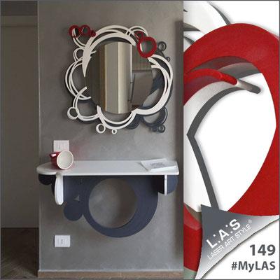 Abitazione privata | Italia </br> Codice Specchiera: SI-204Q-SP | Misura: 90x85 cm </br> Colore: antracite-bianco-rosso </br> Codice Consolle: SI-279 | Misura: 110x30 cm </br> Colore: bianco-antracite
