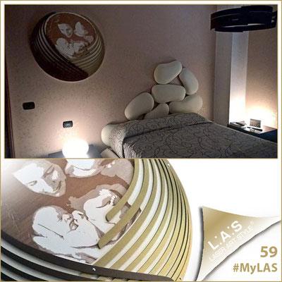 A casa di Cristian <br> Abitazione privata   Italia </br> Codice: SI-202   Misura: 90x90 cm </br> Colore: panna - applicazioni oro bronzo