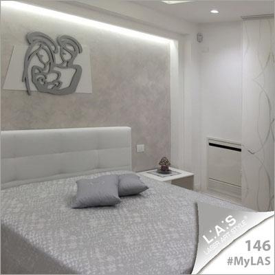 A casa di Monica e Melchiorre <br> Abitazione privata | Italia </br> Codice: SI-228XL | Misura: 90x70 cm </br> Colore: bianco-argento