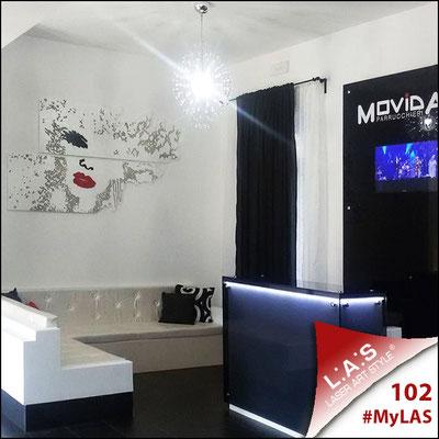 Movida <br> Parrucchieria   Italia </br> Codice: SI-156   Misura: 210x120 cm </br> Colore: bianco-nero-rosso/incisione legno