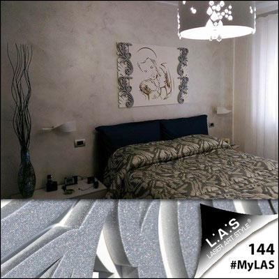 A casa di Andrea e Luigina   Italia </br> Codice: SI-236   Misura: 115x83 cm </br> Colore: bianco-argento-incisione legno