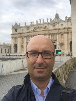 Carmelo Parisi,  in posa monumentale, a Roma, in Piazza San Pietro si fa benedire dal Papa prima di una visionatura in CAN D