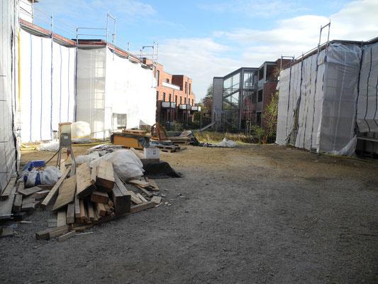 10 / 2018 - Innenhof ohne Bauwagen der Strohbauer