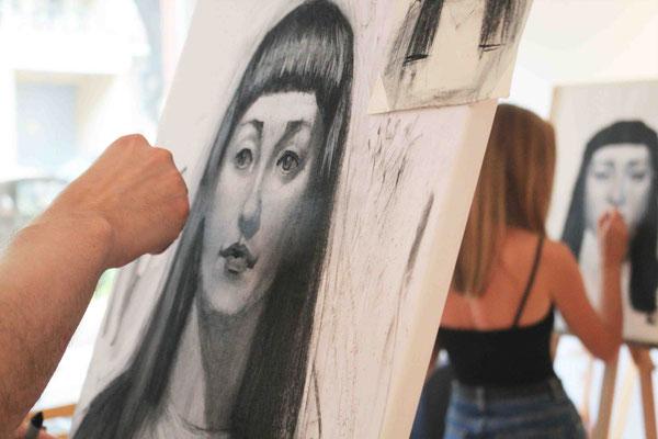 Portrait zeichnen mit Kohle in der Kunstschule Artgeschoss