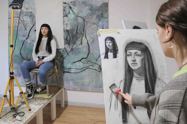 Portrait zeichnen mit Modell in der Kunstschule Artgeschoss