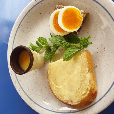 Eierlikör im Schokobecher, Schwarzbrot mit gekochten Freilandeiern und selbstgebackener Hefezopf