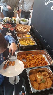© Brot und Spiele Veranstaltungsloft Postbauer-Heng - Buffet mit Schnitzel Kroketten