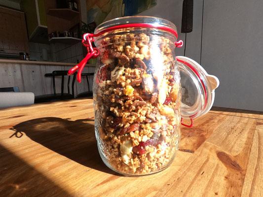 7. Laissez refroidir, ajoutez les fruits secs et incorporez le tout dans un pot hermétique