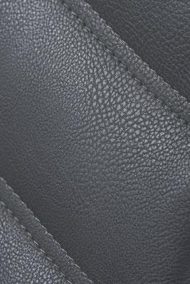 Packshot - photo du détail d'une chaise réalisée dans le show-room des Meubles Brignier