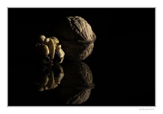 Photographie de noix sur fond noir