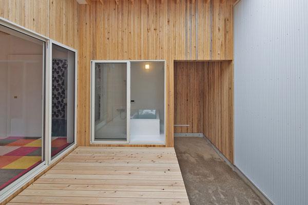 浴室から直接中庭に出れる露天風呂空間