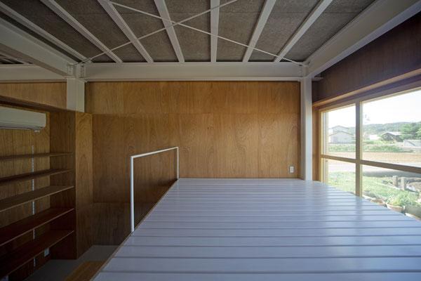 高床式の寝室の下は大容量の収納スペース