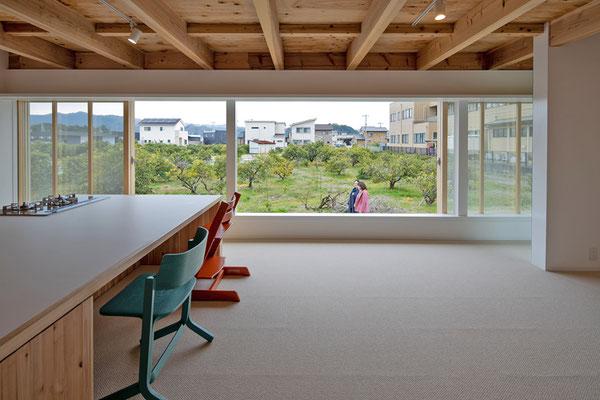 室内と屋外のレベル差により、地域と心地よい距離感を確保する