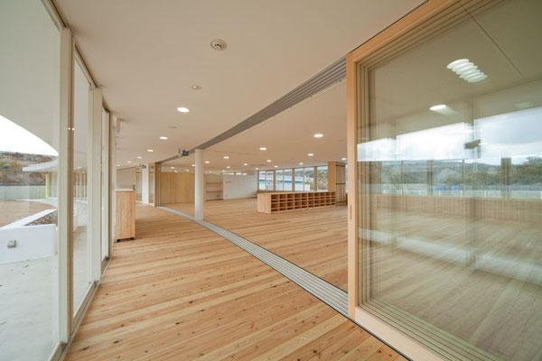 保育室 2室が一体の空間となっています。保育の状況に合せ、家具で緩やかに仕切ります