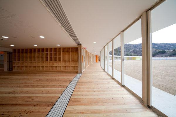 保育室と廊下、園庭は状況に応じて開くことも閉じることも可能