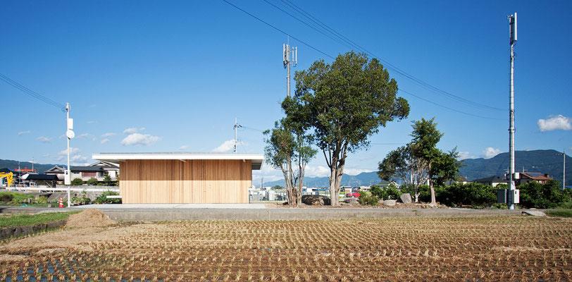 道路側の西面は室内空間を守るため、壁面となっています