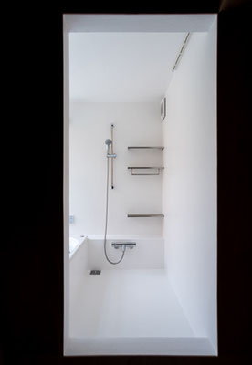 浴室 屋外居間に面する明るい浴室