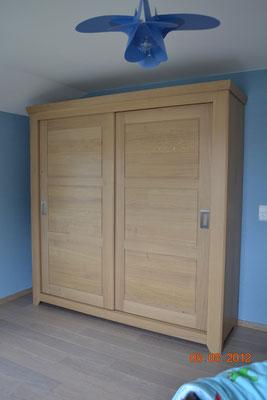 garde- robe en chêne massif, montée sur portes coulissantes style moderne.