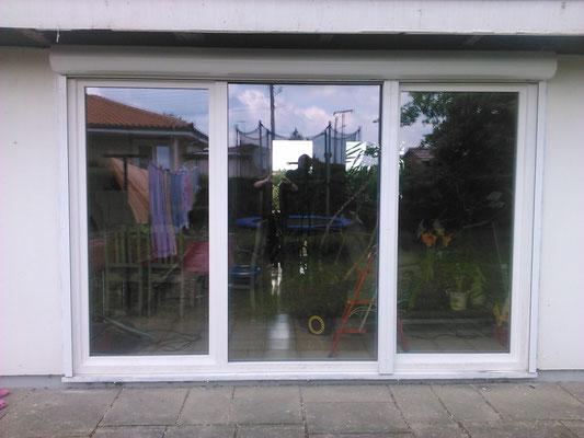 Double porte-fenêtre avec un fixe PVC blanc lisse.