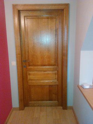 Porte en chêne 3 panneaux avec chambranles moulurés de 9cm de large.