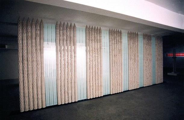 MURO DE MERLÍN. 2001. 653 x 240 x 20 cm. Yeso, hierro y cristales (6)
