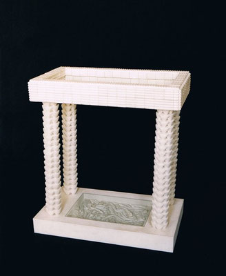 CATAFALCO. 2001. 99 x 89,5 x 50 cm. Yeso, hierro madera y cristal