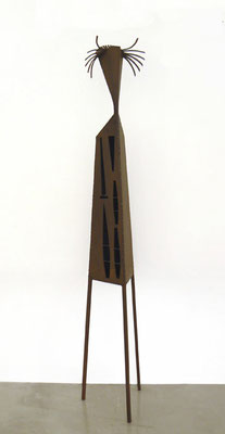 FIGURA DE TRES PATAS. 2011. Altura 130 cm. Hierro
