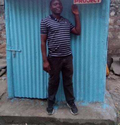 Das fertiggestellte Toilettenhäuschen für die Straßenkinder in Maboxini
