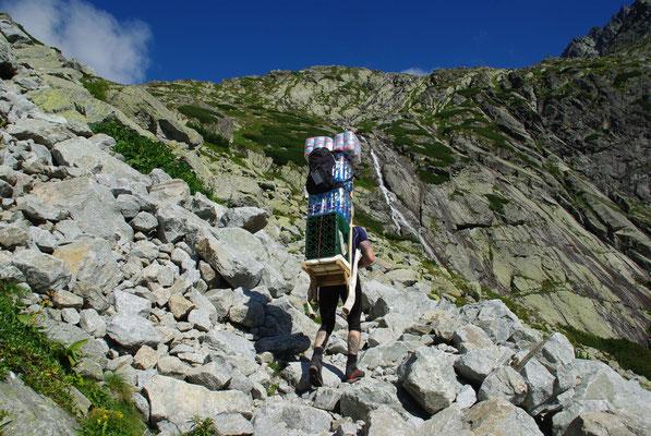 Typischer Versorgungsträger in der Tatra - die Jungs tragen bis zu 70kg!
