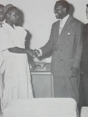 Ahidjo (en gandoura) et Mbida (lunettes et costume)