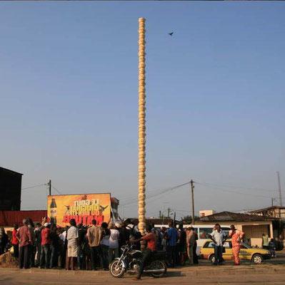 La colonne Pascale Totem de marmites par Pascale Martine Tayou au Carrefour Shell New Bell 2010